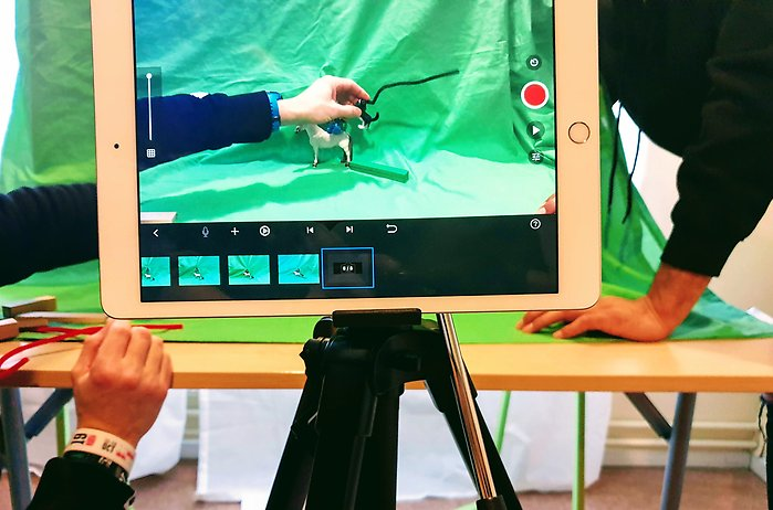 Studenter jobbar med green screen och stop motion under workshop på Väsby Makerspace.